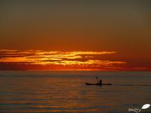 Photos d'Australie: Canoe sur la mer au coucher du soleil