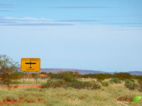 """La route dans le désert sert de piste d'atterrissage pour les """"flying doctors"""""""
