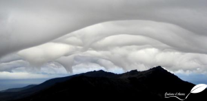 Vortex de nuages au-dessus des montagnes sur l'île de la Possession