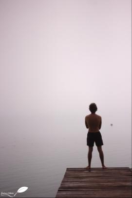 David devant le lac Bacalar (Mexique) sous la brume