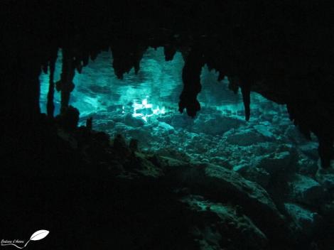 Lumière dans le cenote Dos ojos (Mexique)