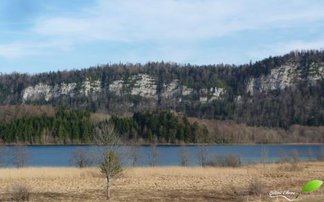 Vue sur un lac depuis le bas