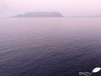 Vue sur l'île Tavolara depuis le cap Figari au coucher du soleil sous une ambiance humide...