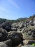 Rochers entourant la plage.